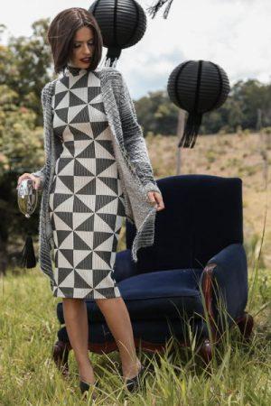 Vestido básico, comprimento midi e gola alta. E casaco com amarração, elaborado em tecido linho.