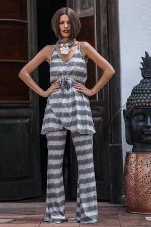 Conjunto de calça flare com blusa longa, amarração na cintura e decote V.