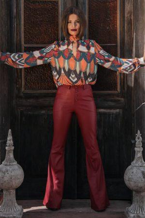Blusa manga longa com gola alta e abertura em v frente. Calça flare com 4 botões e com recorte perna.